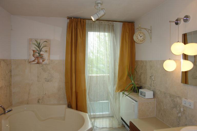 weiteres Bild vom Bad mit Zugang zum Balkon