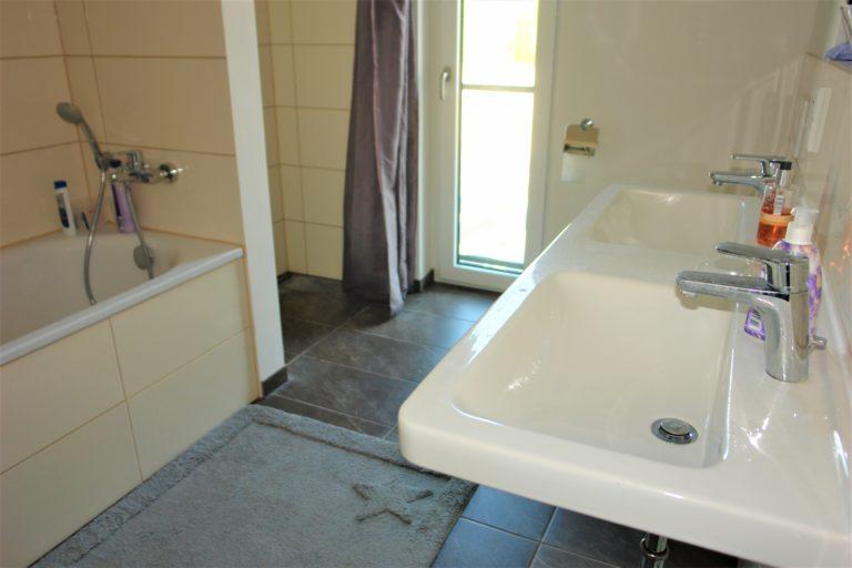 das Tageslichtbad mit Badewanne, Dusche und Doppelwaschtisch die große Terrasse mit Südausrichtung